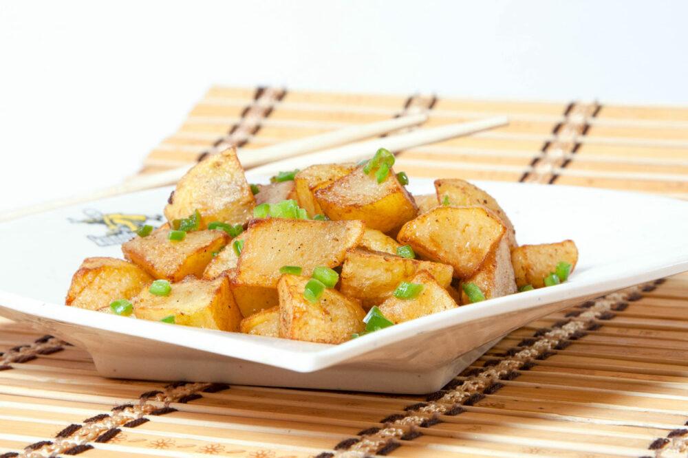 Cartofi chinezeşti speciali – Garnituri – o reţetă tradiţională ce îmbină prospeţimea cartofilor cu măiestria bucătarilor Huan, Noa şi Shu Shu şi bineînteles nelipsitele condimente chinezeşti. Vă invităm să încercaţi acest preparat deosebit, fie la comanda online, fie în restaurantele KungFu King din Bucureşti. Comandaţi acum cartofi chinezeşti speciali, iar noi vă vom oferi gratuit serviciul de livrare mâncare chinezească la domiciliu.