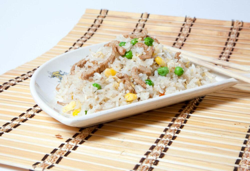 Orez cu porc – Garnituri - Restaurantul cu specific chinezesc, KungFu King, cu livrare la domiciliu vă oferă cea mai bună mâncare chinezească din Bucureşti, fapt confirmat de clienţii noştri. Acum puteţi face comanda online şi vă puteţi, astfel, bucura de ofertele speciale oferite de restaurantul chinezesc KungFu King din Bucureşti.